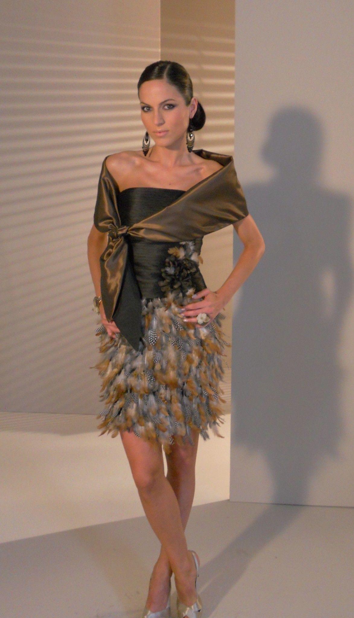 4e7368eac5 Vestido corto con falda de plumas