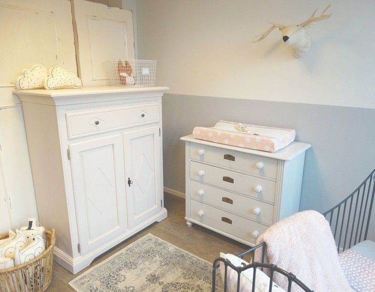 Kledingkast Licht Grijs : Lovely babykamer met commode en kast zachtroze en lichtgrijs