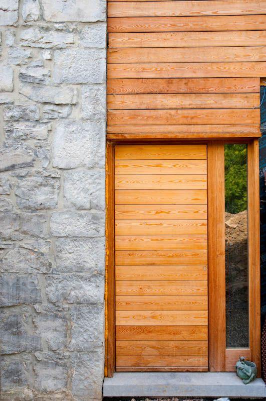 Bardage bois de cèdre ton naturel, pose horizontale Moellons ton - pose de porte interieur