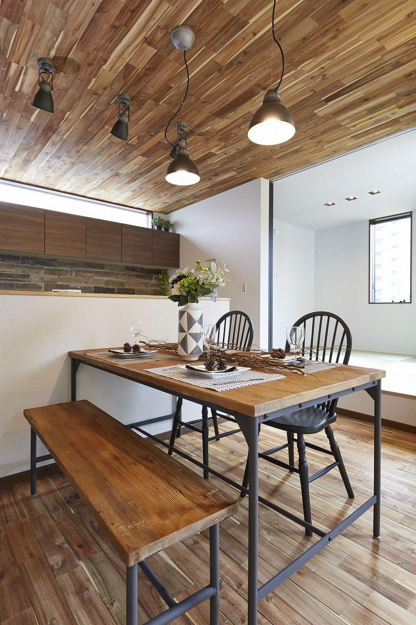 天井にもアカシアの無垢材を 天井のテクスチャーや色合いで室内空間の