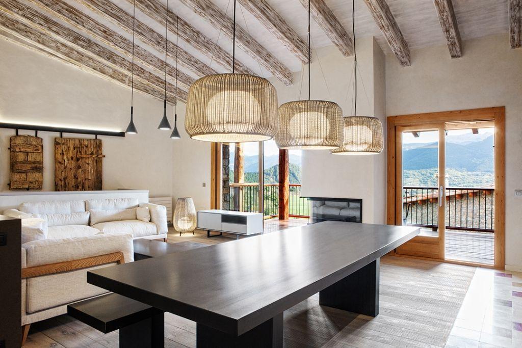 Helles Wohnzimmer in rustikalem Landhaus aus Stein mit Balkon und