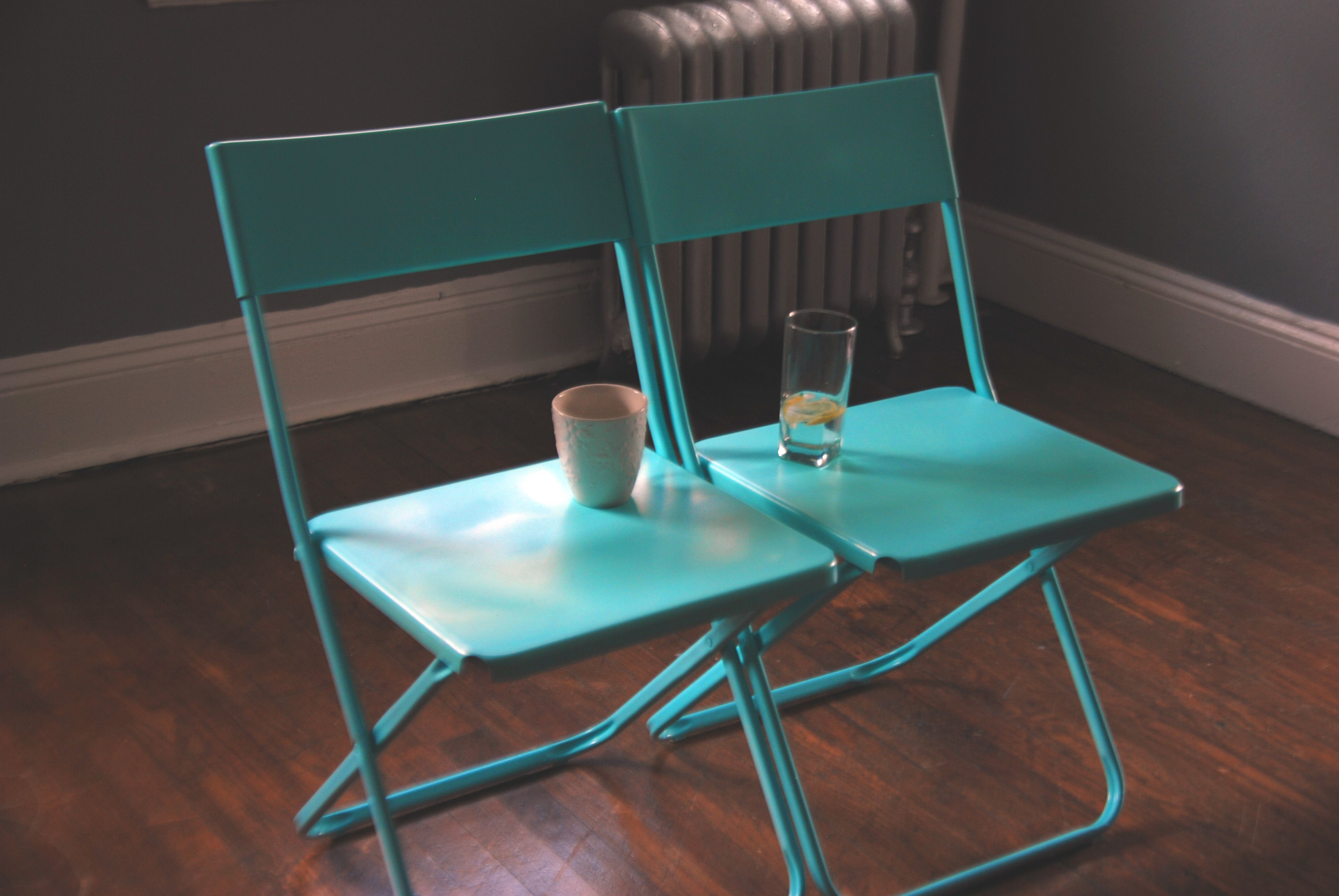10 Smart Hacks For Having A Stylish Living Room At Low Cost: Ikea Jeff Chairs, Spray Painted Blue.