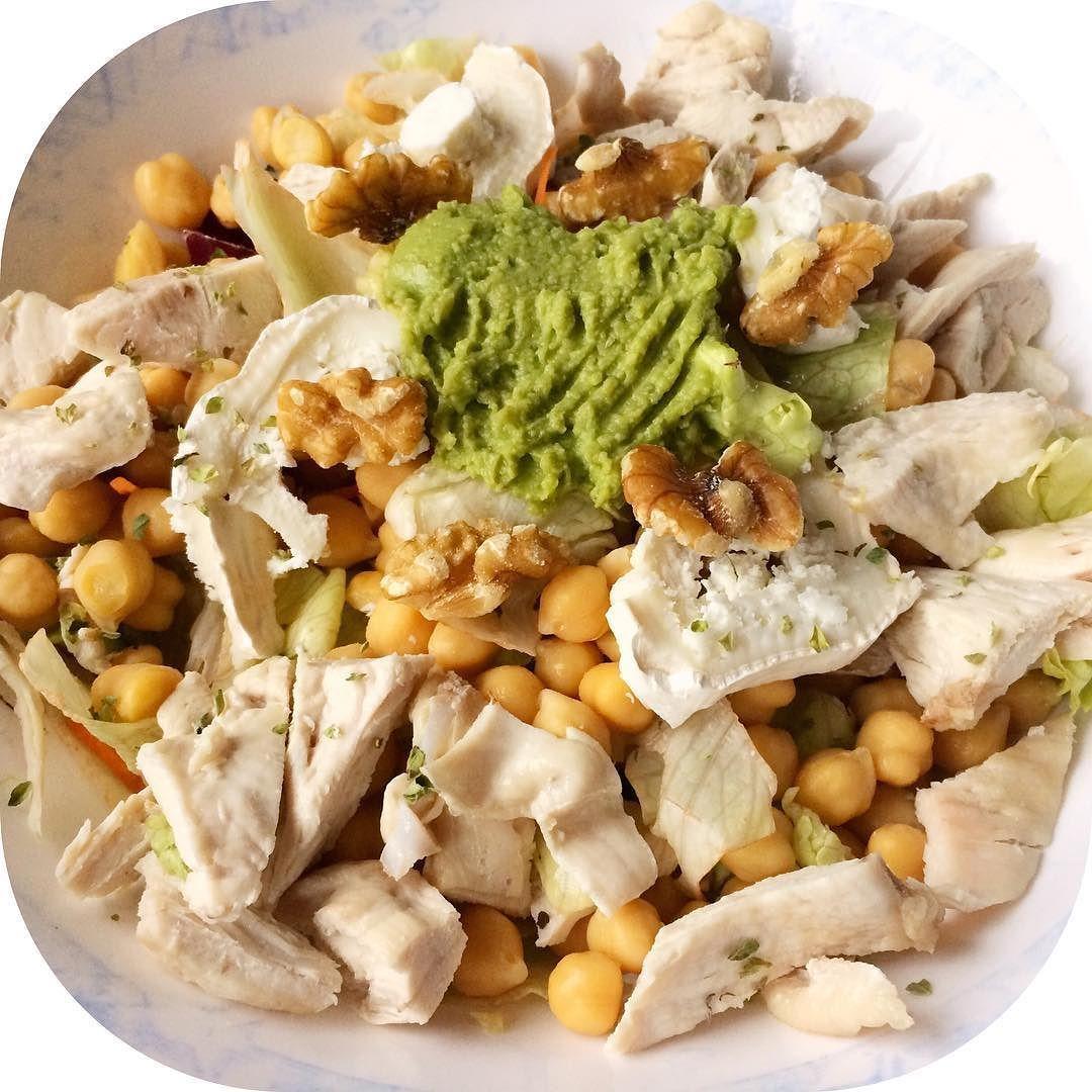Unas De Mis Ensaladas Variadas Para Cenar Ensalada 4 Estaciones Garbanzos Cocidos Queso De Cabra Guacamole Natural Nueces Orégano Que T Food Cobb Salad Salad