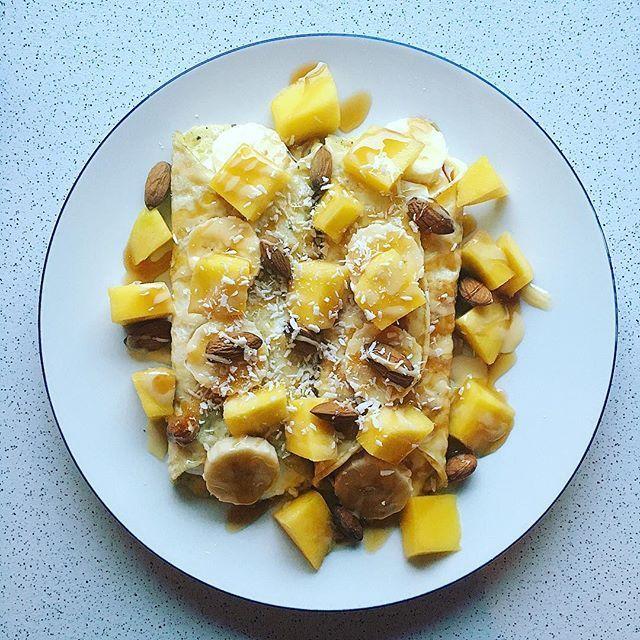 Æggewraps med skyr toppet med mango, banan, mandler kokos og kokos, salted caramel zerotopping