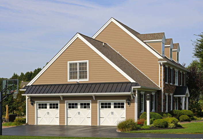 Everlast Siding Buying Guide Pros Cons And Pricing My Decorative House Siding Options Vinyl Siding Installation Exterior House Colors