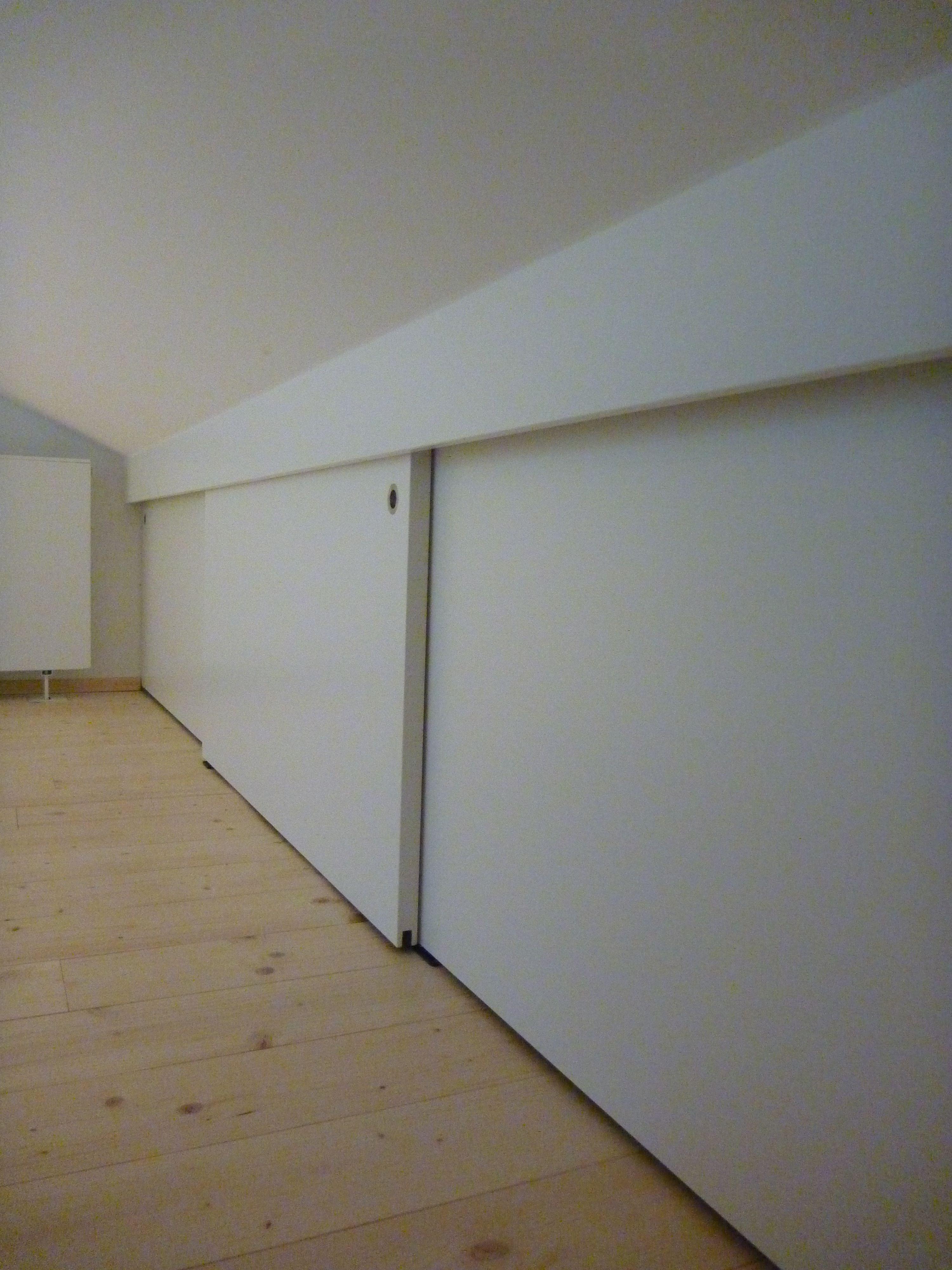 Dachschragenschrank In Weiss Lackiert Dachboden Renovierung Dachboden Loft Und Dachschragenschrank