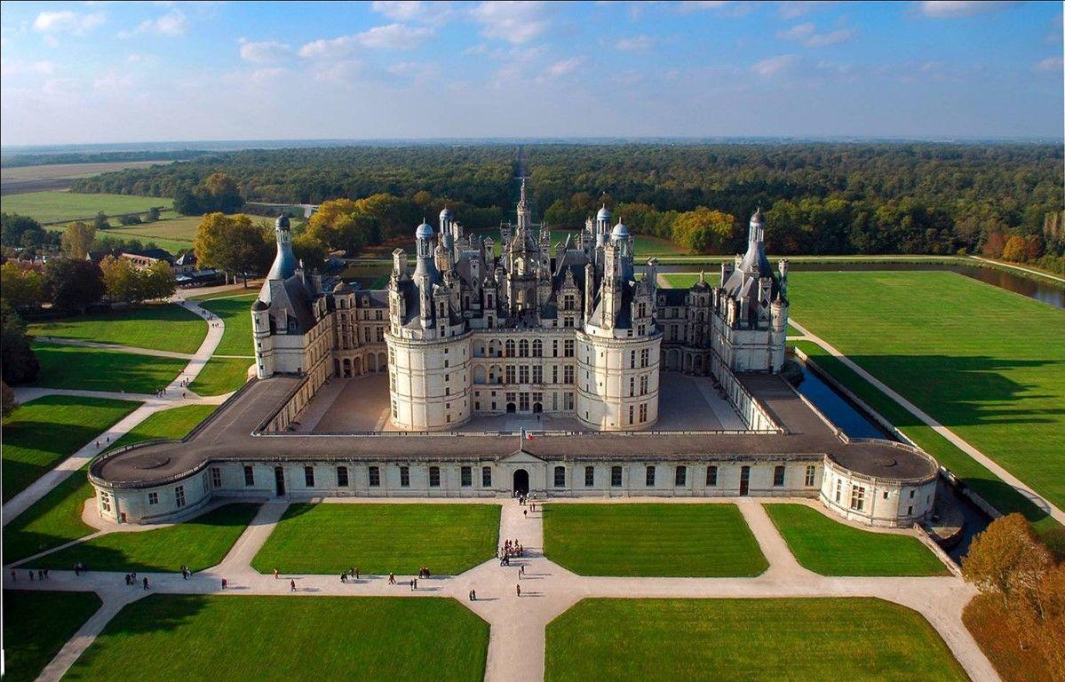 Le Domaine De Chambord Est Constitue D Un Chateau D Un Village De Fermes Et D Un Territoire Boise Chateau De Chambord Chateau De La Loire Chateaux Angleterre