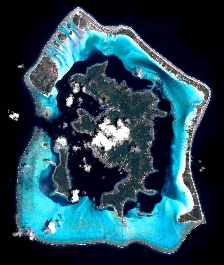 Bora Bora vanaf de lucht. https://www.hotelkamerveiling.nl