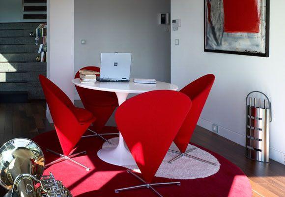 Una sala de estr con sillas rojas y una alfombra roja - Alfombra roja ikea ...