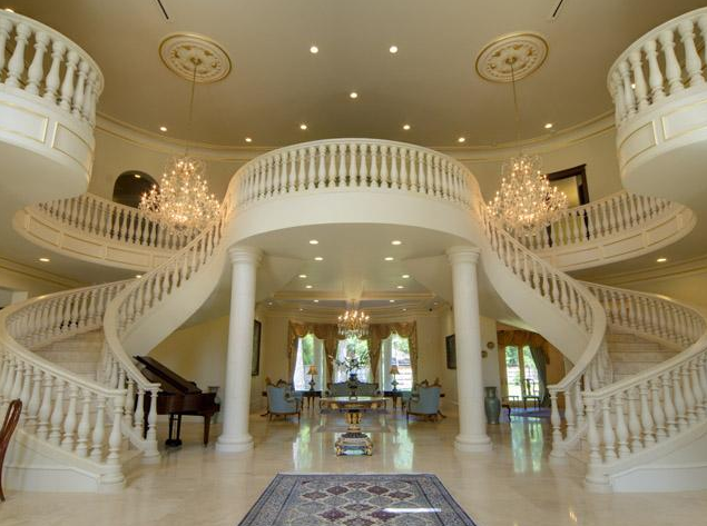 Rolfe House Foyer : Now this is a staircase on which you can make an entrance