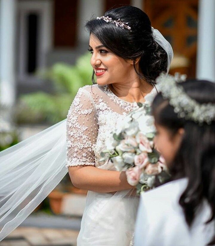 Kerala Bride Simple Hairstyle For Long Forehead: Pin By Elsa On Christain Weddings In 2019