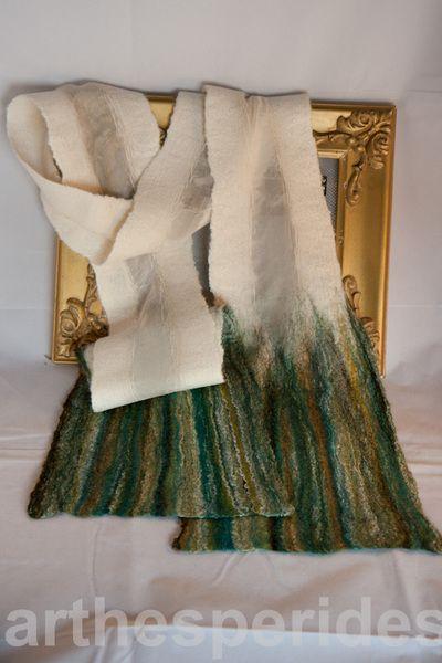 Seda de color blanco roto y lana merino en tonos verdes con hilos de seda.     Delicado pañuelo de seda natural y finisima lana merina que podrás comb