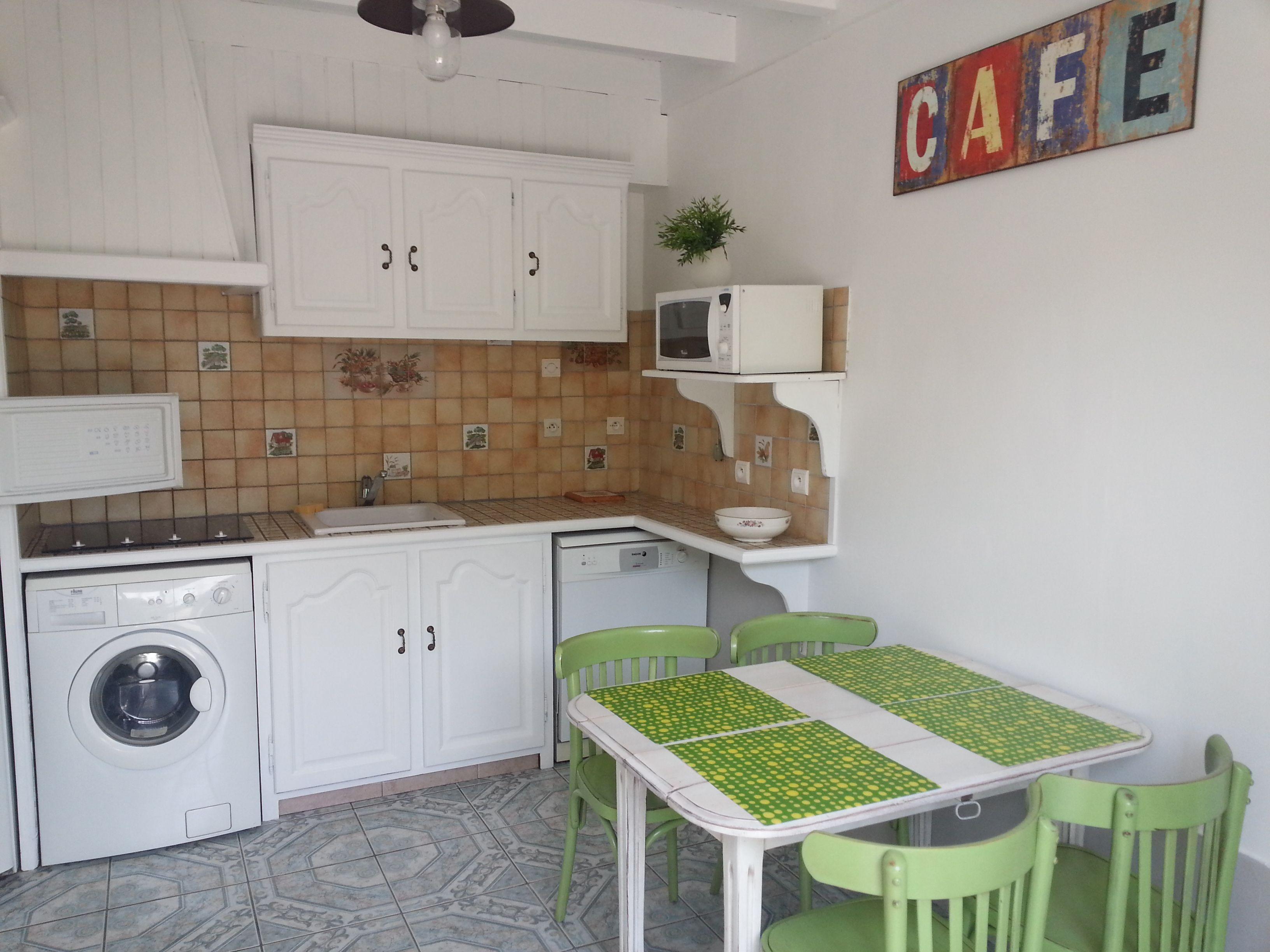 cuisine am nag e plaque de cuisson four lectrique micro ondes frigo cong lateur lave. Black Bedroom Furniture Sets. Home Design Ideas