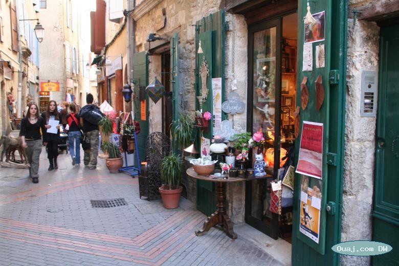 Shopping In The Vieille Ville Of Manosque Alpes De Haute Provence Vieille Ville Haute Provence Luberon