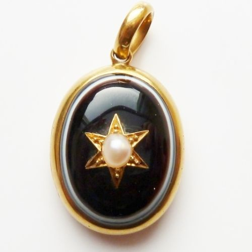 ANTIQUE-VICTORIAN-18CT-GOLD-LOCKET-BULLS-EYE-AGATE-MOURNING-OPENS-QUALITY-C-1880