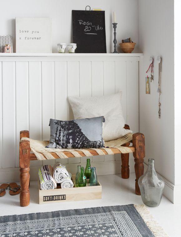 kleine bank sehr charmant f r den eingangsbereich kleine bank mit einem rustikalem geflecht aus. Black Bedroom Furniture Sets. Home Design Ideas