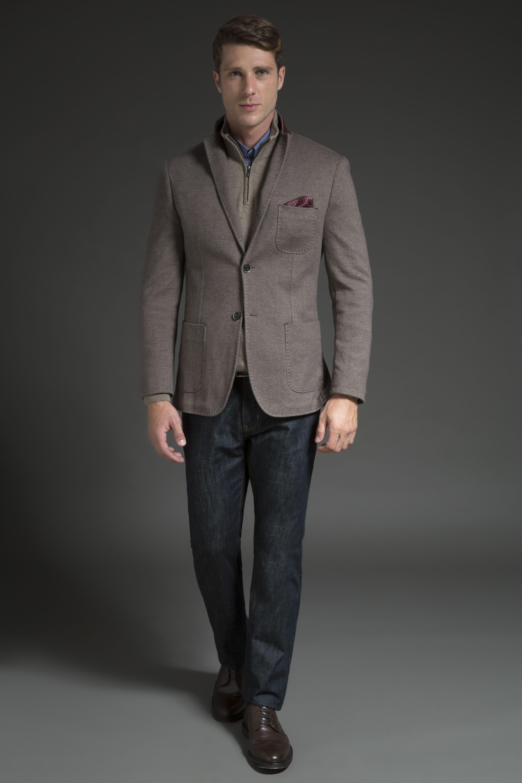 Blazer patch de malha com 3 bolsos e pesponto, tricô cáqui gola alta com zíper e camisa com aspecto denim. A calça jeans com lavagem raw, mais bruta, dá o contraste perfeito na produção, finalizada por sapato brogue de couro café.