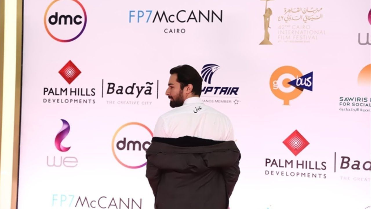 أحمد حاتم قلع هدومه عشان يبعت رسالة لحبيبته من على الريد كاربت Celebrities