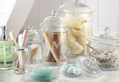Para imprimir beleza e transparência nos banheiros, coloque utensílios em vidros   Foto: Potteryborn
