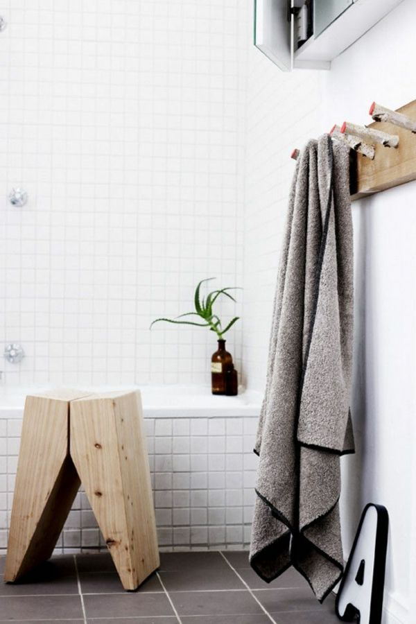 Holzhocker Badezimmer Wanne Fliesen
