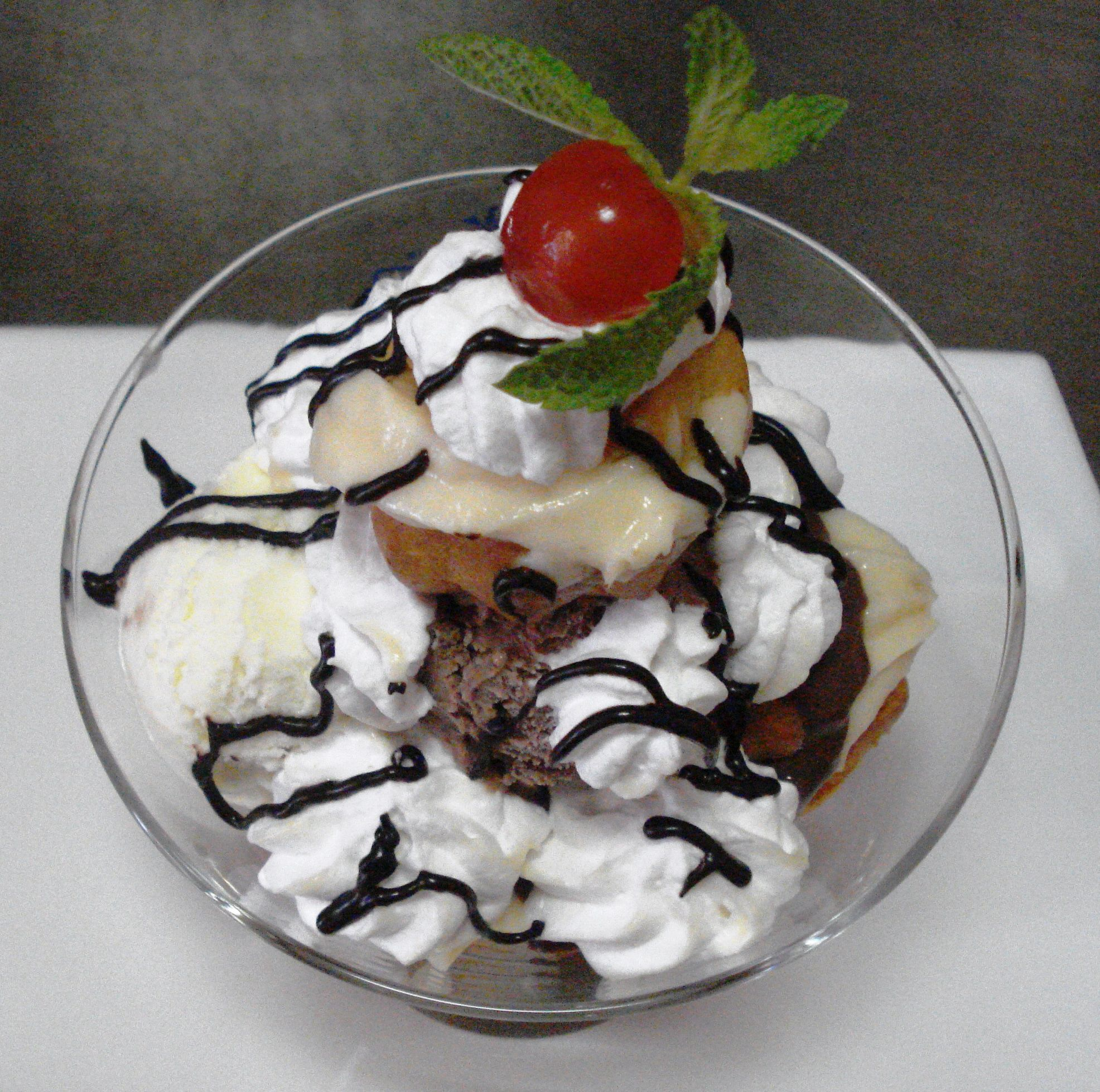 Profiterol Mon Cheri, cu minieclere de casa, crema de vanilie, crema de ciocolata si inghetata asortata !!! O adevarata nebunie!!!