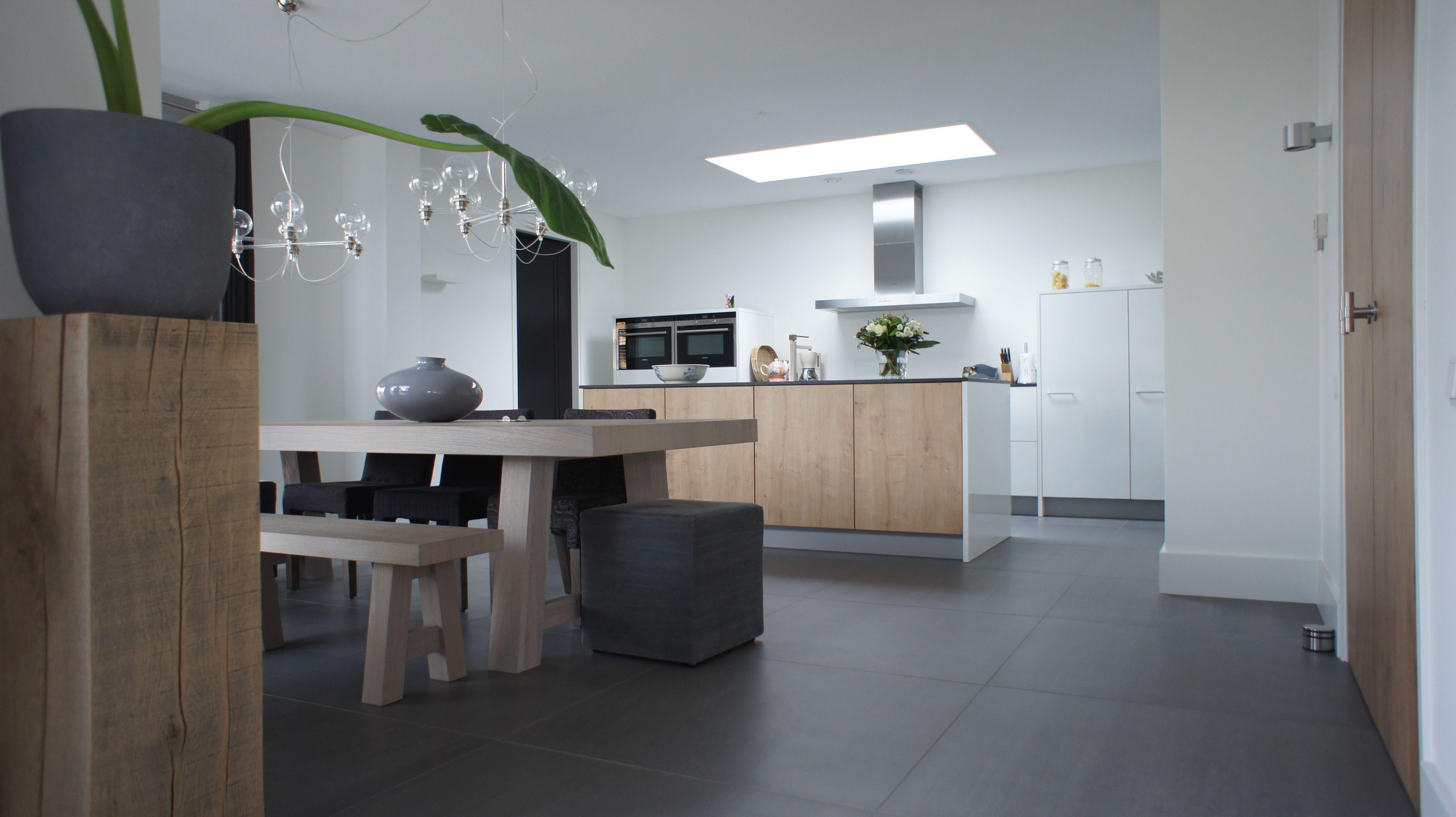 Tegelvloer betonlook antraciet 100 x 100 cm keuken totaal project tegelvloer betonlook - Keuken back bar ...