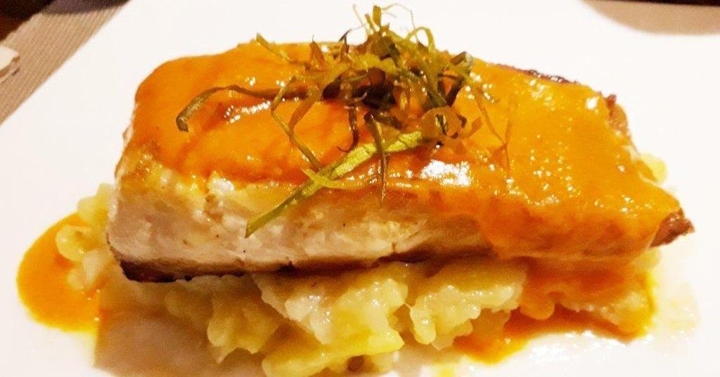 Lomo De Merluza Con Salsa De Piquillos Hoy Apetece Pescado Cocinar Pescado Pescado Recetas De Comida