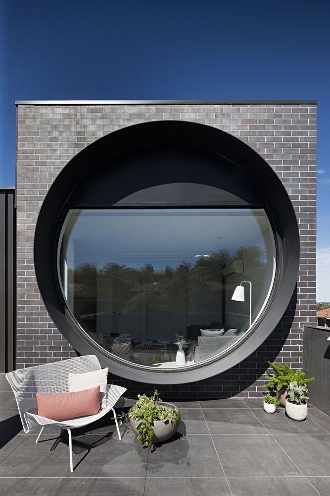 Runde Fenster rundes fenster balkon schwarze klinkerfassade architektur