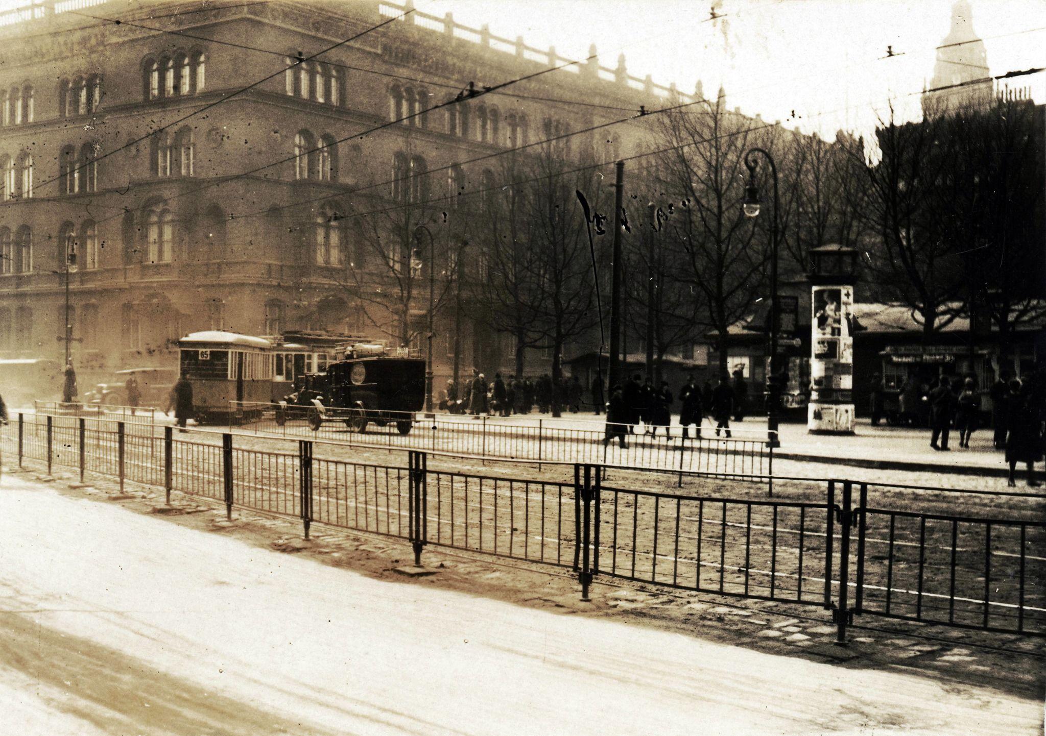 1930ca Berlin Alexanderplatz Mit Blick Zum Polizeiprasidium Rote Burg Sammlung Online Stadtmuseum De In 2020 Burg Berlin Strasse