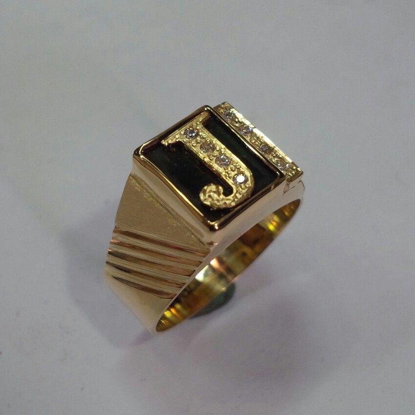 f319b4e7e7c1 Anillo para caballero en oro 18 kt c0n letra incrustada sobre piedra  azabache Fabricado por armando herrera