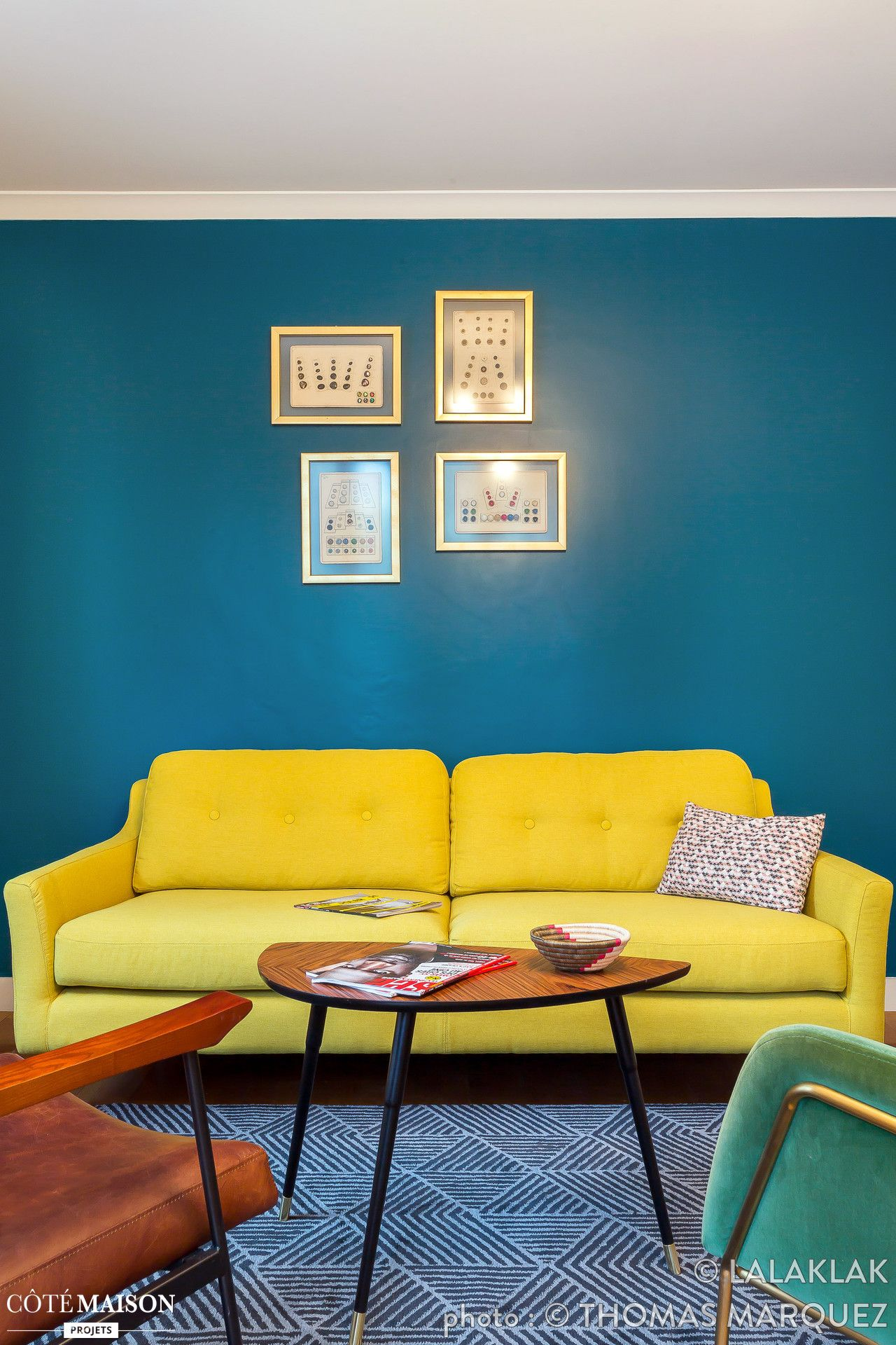 Le canapé jaune et le mur bleu du salon réveillent la déco