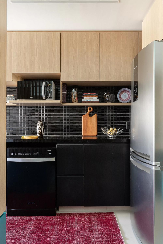 Décor do dia: cozinha preta com madeira clara e marcenaria planejada (Foto: Divulgação)