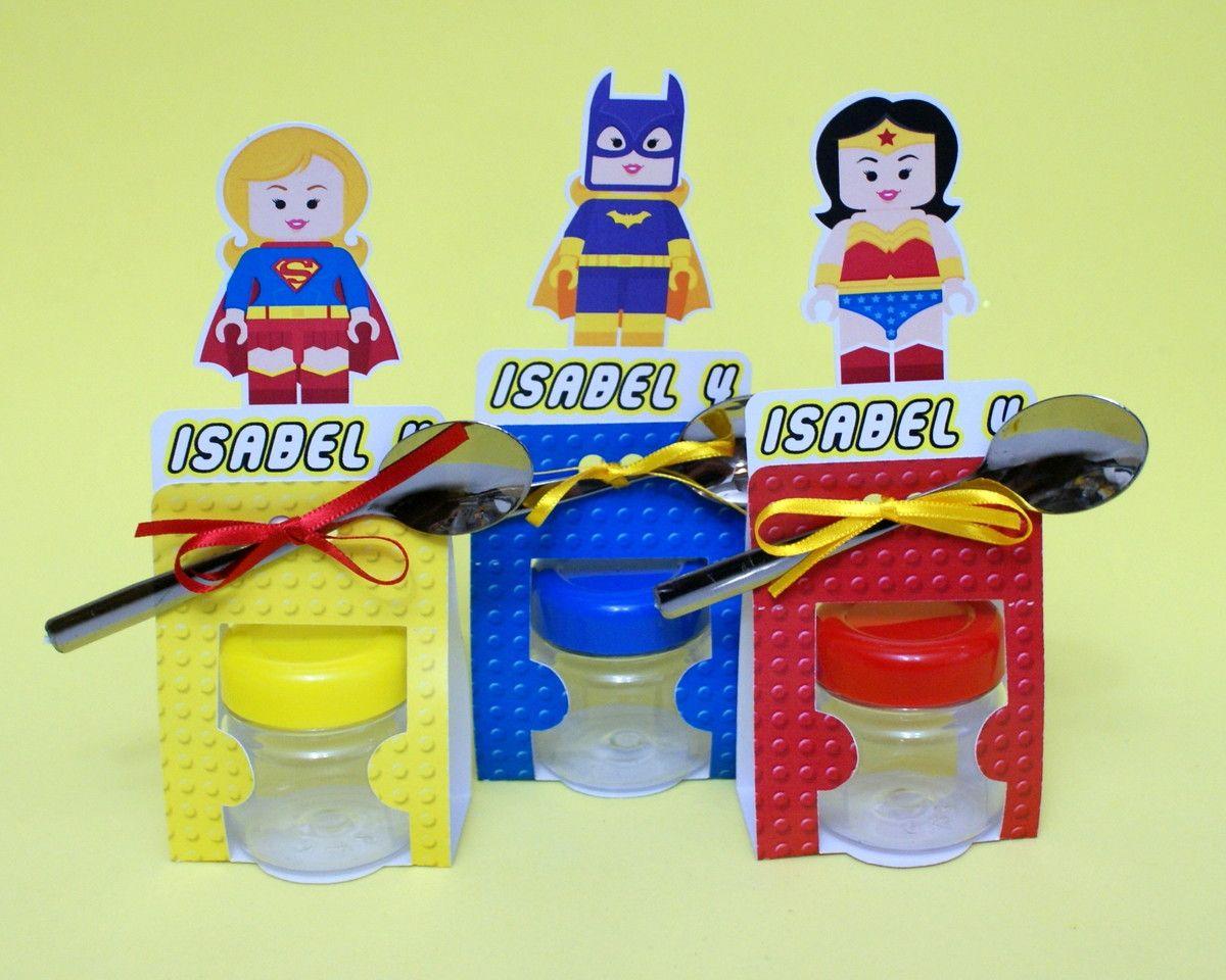 Kit com Potinho 40ml + colher descartável cromada + embalagem personalizada com nome e idade. <br>(doce não está incluso) <br> <br>Lego Heroes - Heróis para meninos e meninas. <br> <br>Sugestões de uso: Para brigadeiro de colher, confetes de chocolate, amêndoas, etc... <br> <br>Uma forma de armazenar guloseimas e ainda decorar sua festa, fazemos em vários temas. <br> <br>TODOS NOSSOS PRODUTOS SÃO IMPRESSOS À LASER. <br> <br>Preço individual, pedido mínimo 20 unidades.