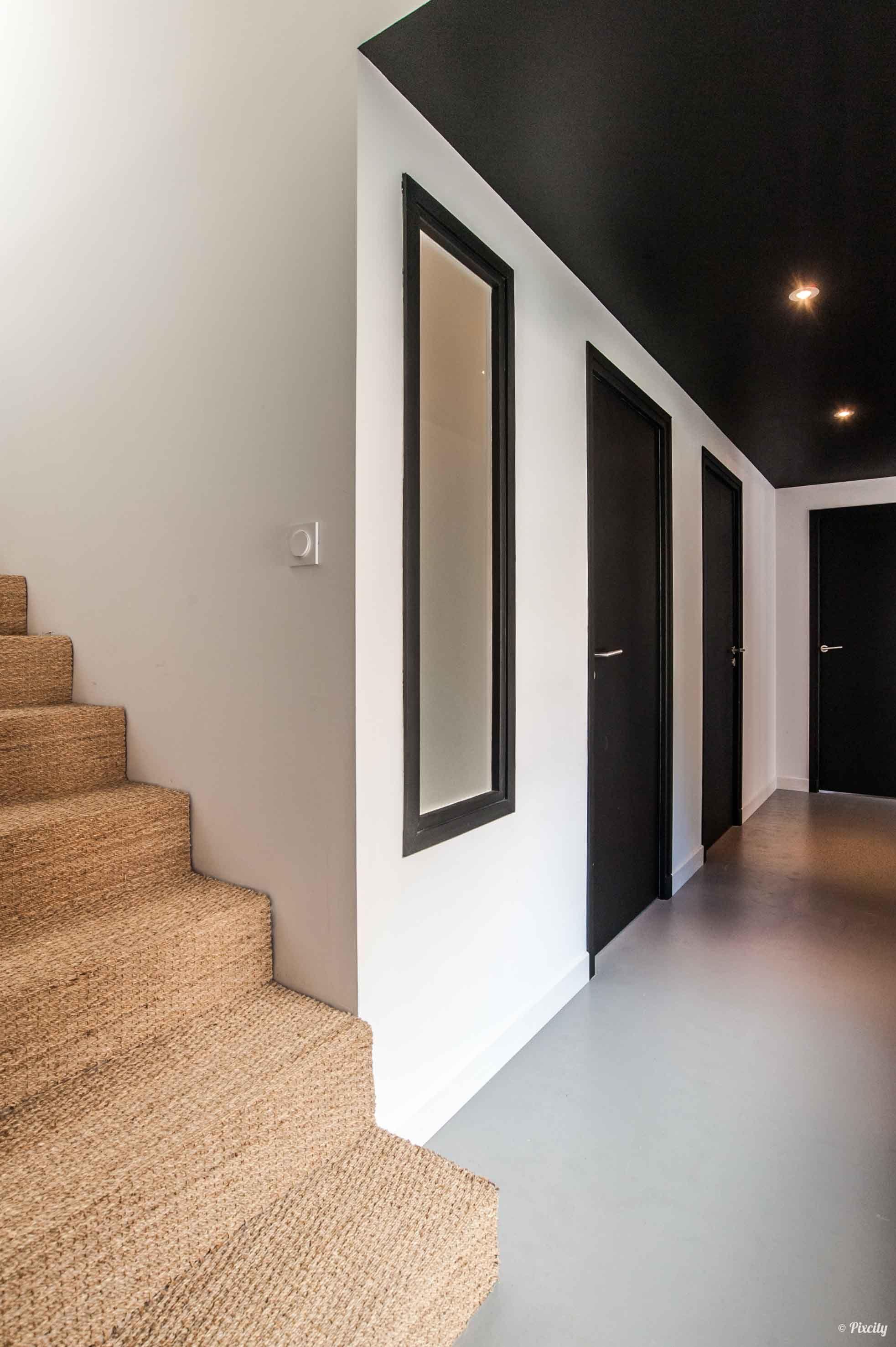 Peinture Escalier Noir Mat couloir plafond et porte en noir rénovation écologique