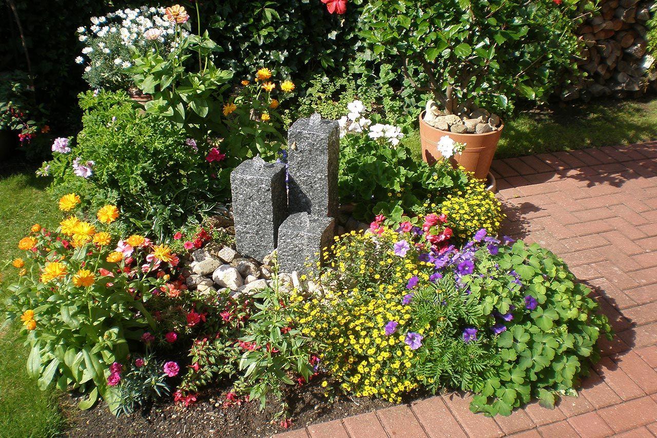Wasserfall Im Garten   Ideen Mit Wasserspiel, Kies Und Blumen |  Gartenbrunnen, Terrassenbrunnen, Zimmerbrunnen | Pinterest