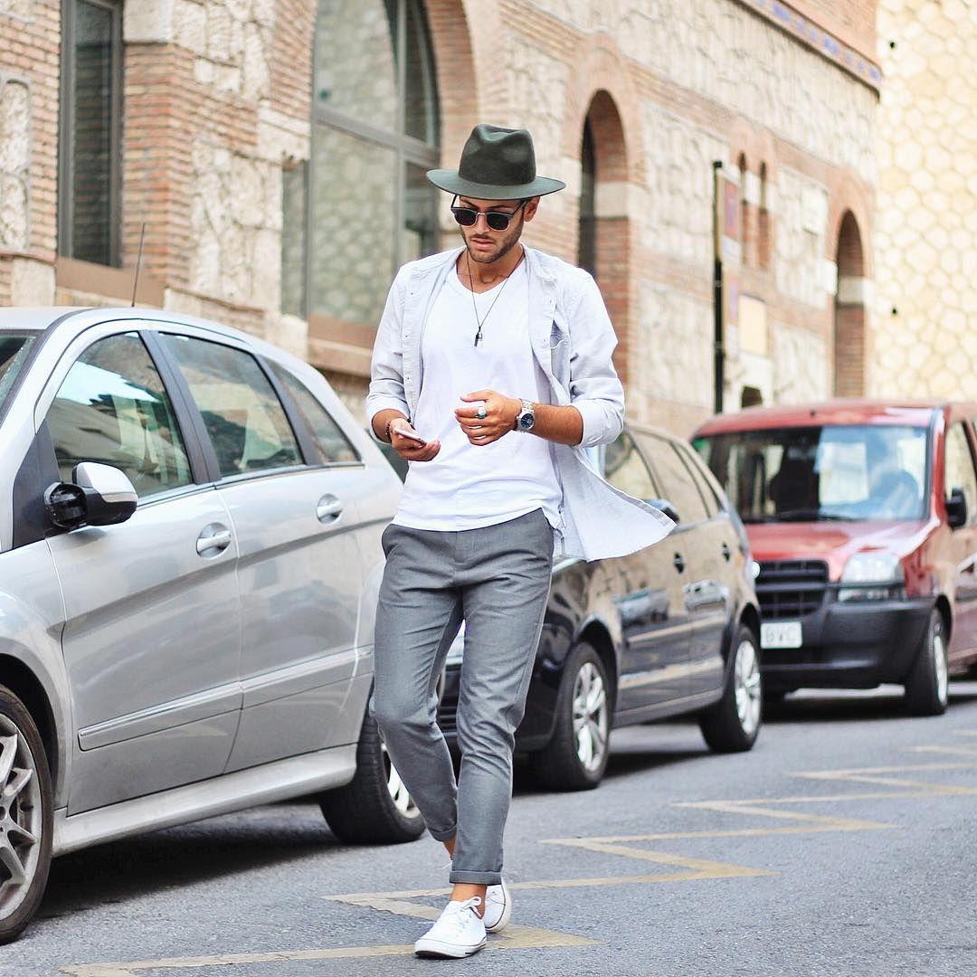 139a9c003977b Street style man Mode homme pantalon gris chapeau t-shirt blanc chemise  ouverte collier basket blanches look boho chic