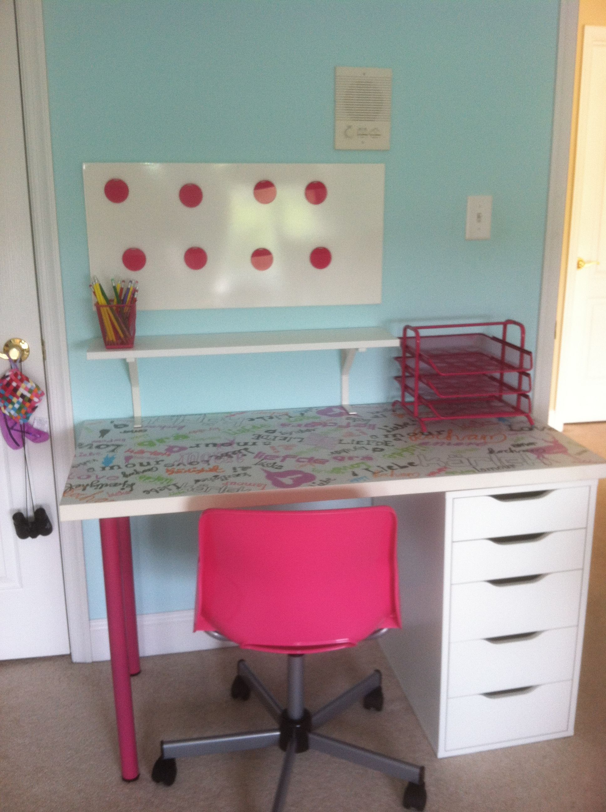Our resident artist Katie's (age 7) new desk and art space ...