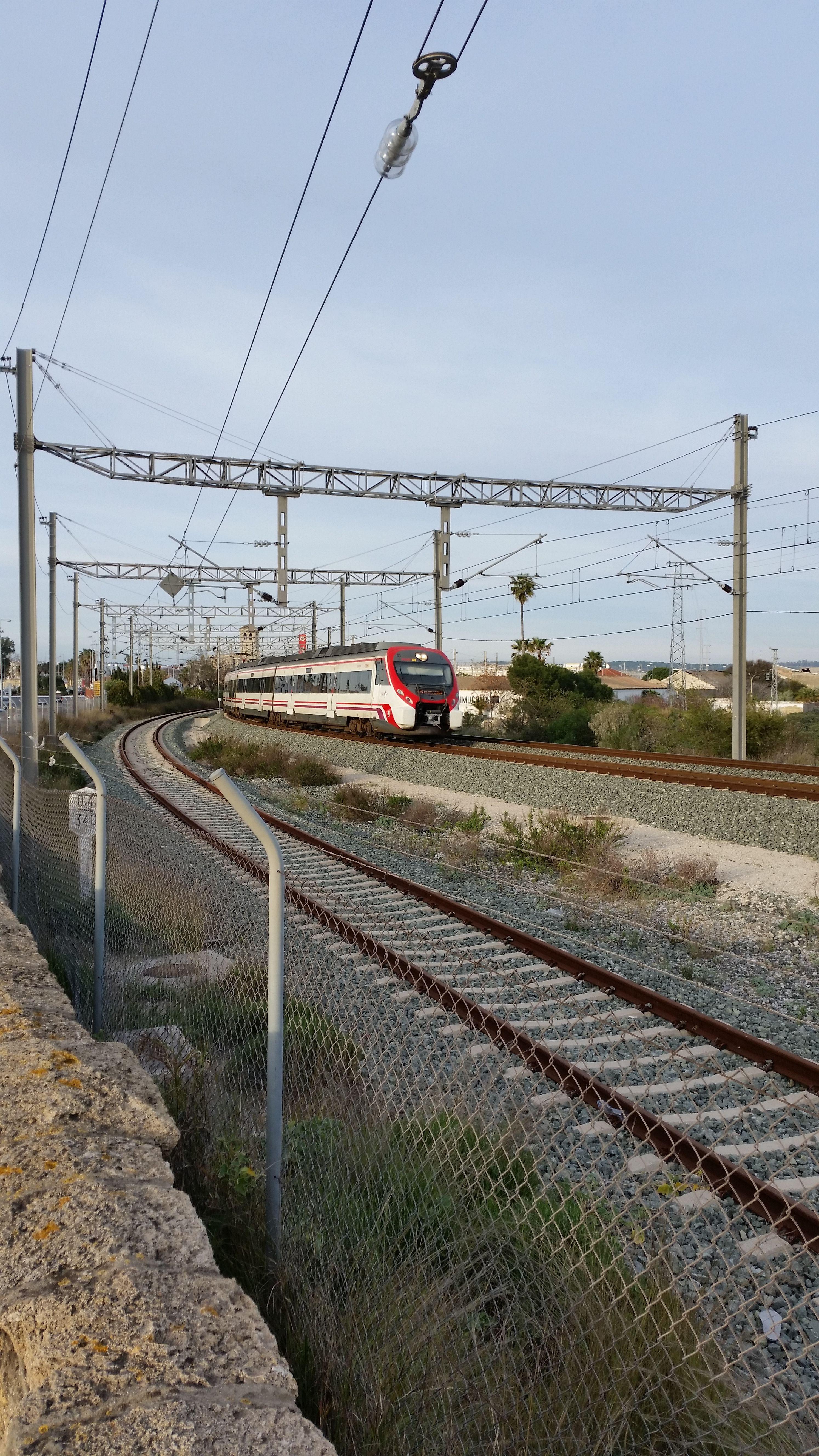 cercanías saliendo de la estación de El Puerto de Santa María en dirección a Cádiz