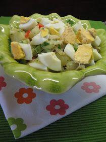 A minha saudosa mãe costumava fazer muito esta salada para o meu saudoso pai, só que não colocava pimentos, pois ele não gostava dos mesmo...
