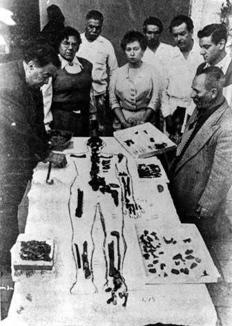 Ixcateopan, Guerrero. Diego Rivera coloca los huesos sobre una sábana y dibuja la silueta del cuerpo de Cuauhtémoc. Investigaciones posteriores demostraron que se trataba de restos de ocho individuos y que el cráneo era femenino. Foto: Eliseo Salmerón