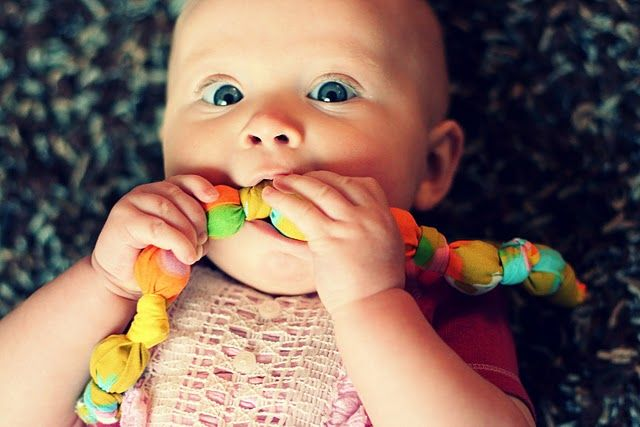teething necklace tutorial, would make a good (and easy) shower gift; doubly like that it's washable.