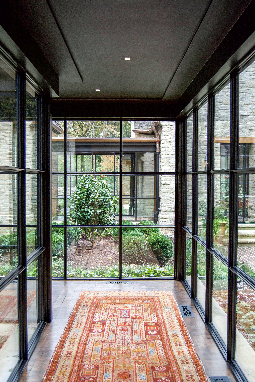 Photography: Stacy Zarin Goldberg Photography #steelwindowsdesign #glassfacade #modernfacadedesign #houseexterior #houseinteriordesign #architecture #dreamhouse #naturallight #housedesign #villadesign #beautifulvilla