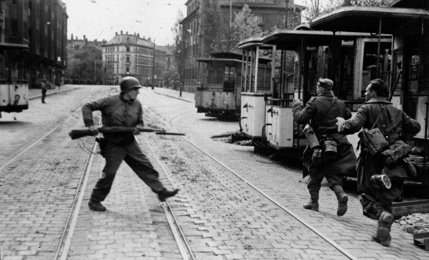 Kriegsende in leipzig ich sehe in ein milchgesicht und wir schie en beide nicht german - Mobeltown berlin ...
