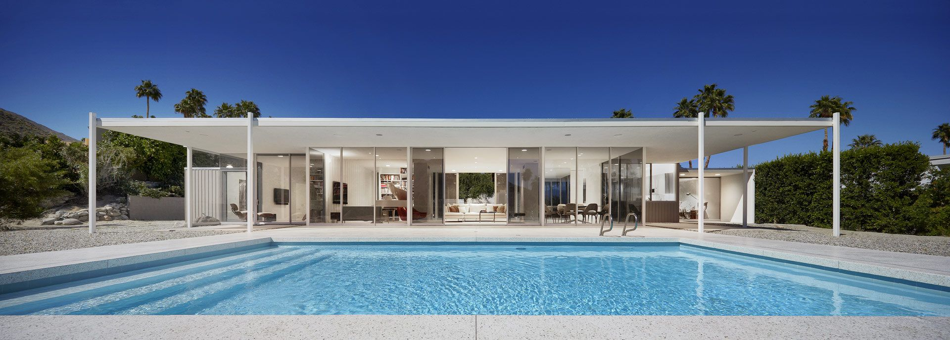 Horizontal contempoary house with pool palm springs for Modern glass homes