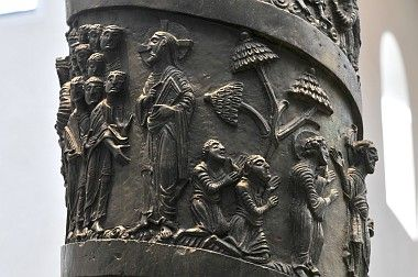 Christussäule (1016) im Hildesheimer Dom (Envía a los apóstoles)