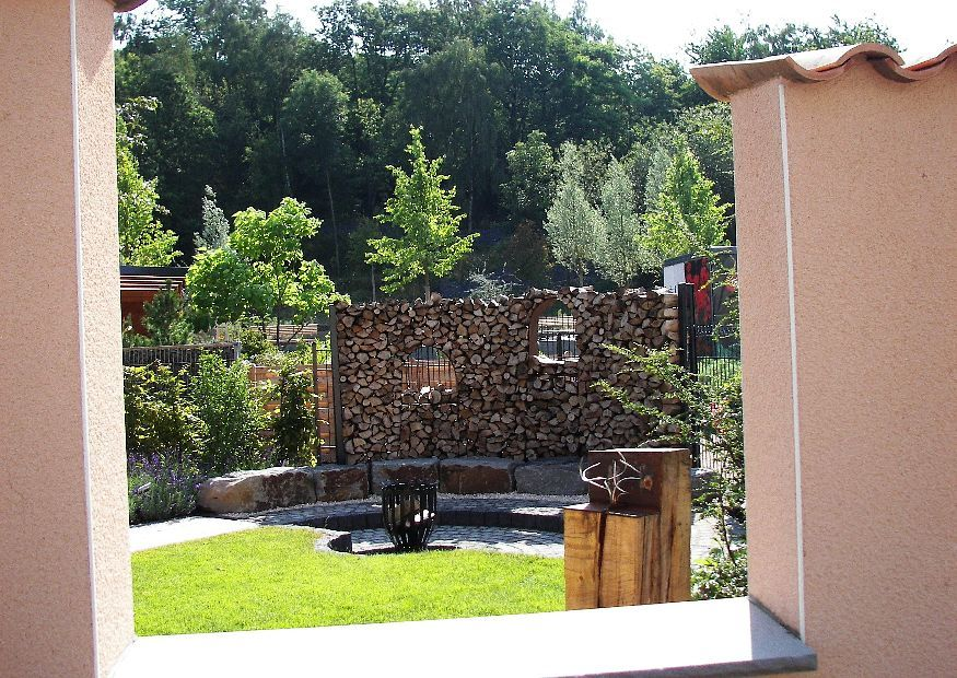 familiengarten reihenhausgarten holzstapel sichtschutz | garten, Garten seite