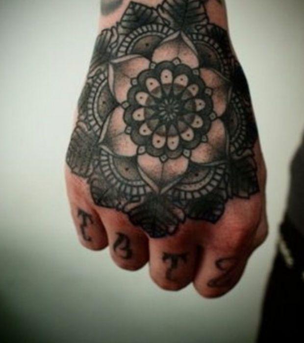 Tatouage mandala utra,noir, sur la main