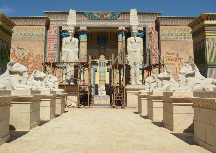 Esculturas das esfinges e os deuses amon