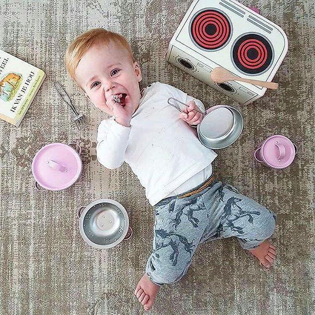 En sötnos som gillar sina köksredskap😍 Kitchen Cooking Box - en perfekt present och julklapp! #Repost #sassandbelle ・・・ We adore this cute picture from @mirjamvslooten!  #ruthochgreta #webshop #livsstilsbutik #barnrum #barnrumsinspo #kidsroom #kidsdecor #leksaker #barnkök #julklappstips