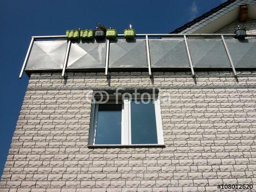 Klinkerfassade mit unruhiger Struktur und Fenster eines Wohnhaus in Bielefeld im Teutoburger Wald